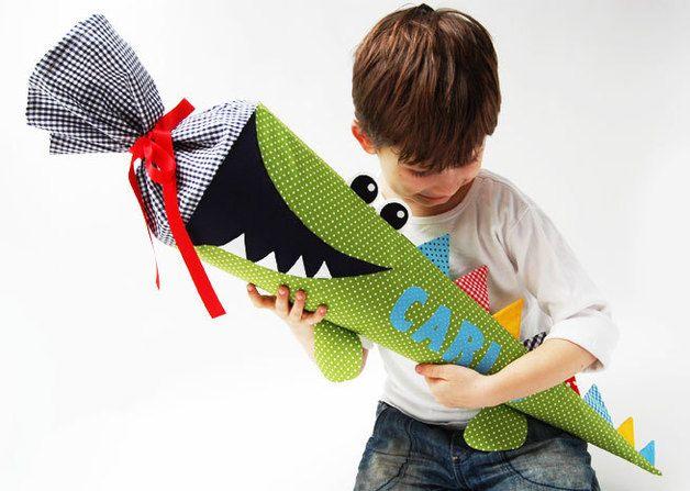 *Unser beliebtes Kuschelkroko gibt es auch als Schultüte!* ca 70cm ohne Krempe Diese freche Schultüte wird ein Hingucker auf jeder Einschulung. Die Farbe der Buchstaben kann selbst ausgewählt...