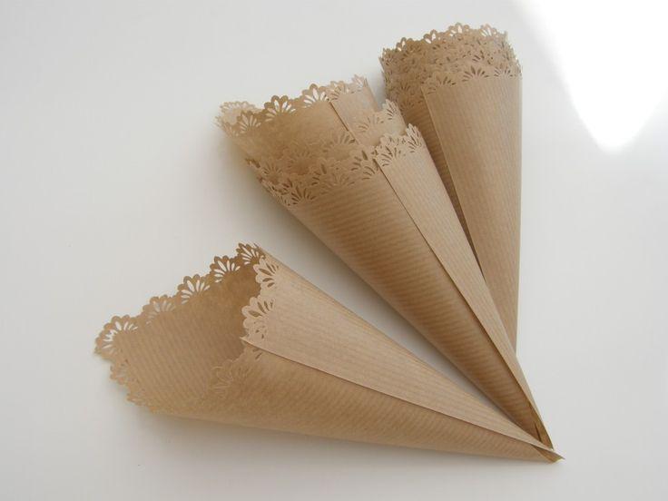 cornets en papier kraft remplis de gros confetti roses et blancs M*: Replier le haut du cornet pour ne pas que les confettis tombent.