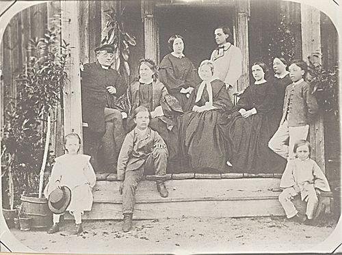 J. L. ja Fredrika Runeberg ystävineen ja lapsineen Korksnäsissä 1863, Alfred Ottelin, SLS. - Fredrika Runeberg (1807-1879) os.Tengström.Hänet tunnettiin vieraanvaraisena emäntänä.Fredrika synnytti kahdeksan lasta joista kaksi kuoli nuorena.Hän johti suurta kotitaloutta palvelusväkineen.Fredrika Runeberg oli myös aikansa sivistyneimpiä naisia.Fredrika Runeberg oli ensimmäisen historiallisen romaanin kirjoittanut suomalainen nainen.