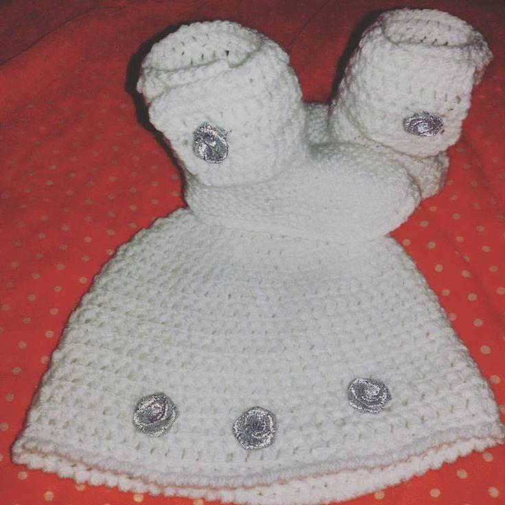Cappellino e scarpette bebè bianco fatto a mano in lana battesimo : Moda bebè di coccoledilana
