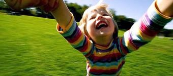 Emoções positivas  te deixam mais criativo.  Existem várias coisas negativas a serem ditas sobre o Facebook, mas a interação entre amigos e família tem uma influência extremamente positiva. Estudos comprovam que pessoas que tem acesso à coisas que fazem com que tenham emoções positivas tem uma performance melhor em testes e maior criatividade.
