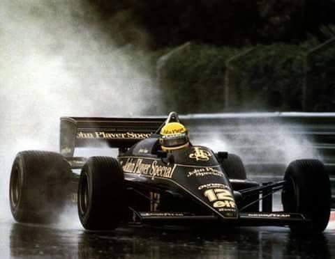 """Ayrton Senna: """"Nunca esquecerei a primeira corrida com chuva, um desastre, uma piada. Fui muito mal. Pilotos passando por um lado e pelo outro, todos me ultrapassavam e eu não podia fazer nada. E no seco eu era muito bom! Então nesse dia eu vi que não sabia correr na chuva. A partir desse dia passei a treinar com chuva. Sempre que chovia eu ia para a pista, treinar. E aí eu aprendi."""" #SennaSempre"""