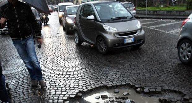 Napoli, strade e scuole dissestate  il Comune spenderà 2milioni e 800mila #maledettebuche