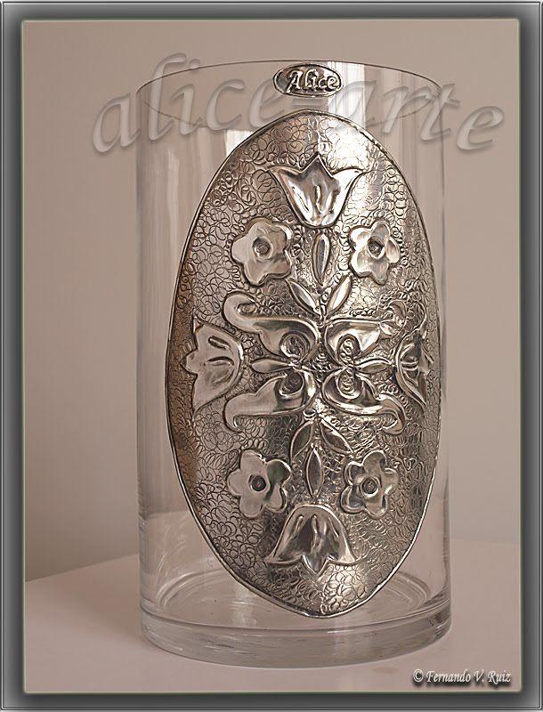 jarron con aplique de aluminio repujado