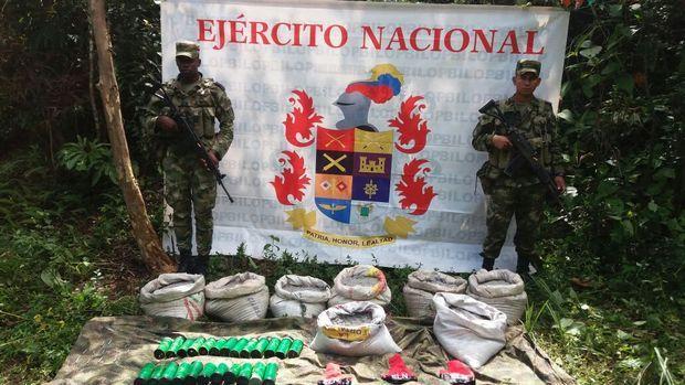 Según información recolectada por las tropas en el área, el material, pertenecería al frente 'Manuel Vásquez Castaño' del Eln, prueba de ello es el hallazgo de varios brazaletes de ese grupo en el lugar.