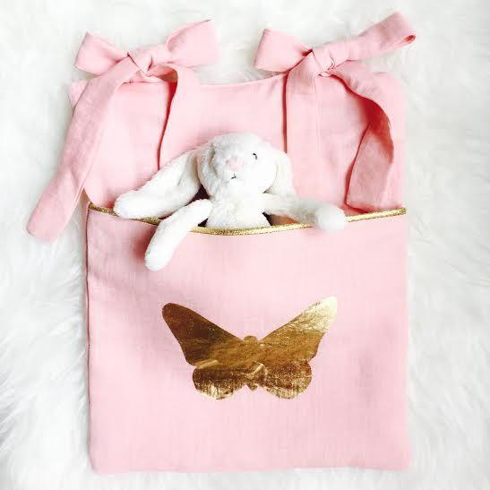Range-doudou Lin rose et Papillon or par avriletjim sur Etsy Range-doudou / Range-pyjama / Poche de lit / Cot organizer, Cot pocket, Cot tidy, Nappy storage, Nursery tidy