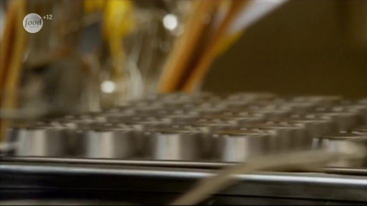Воздушный торт сочетает в себе богатство вкуса и легкую пористость. Сначала Анна воспользуется традиционным рецептом, а затем приготовит воздушные пирожные со свежим лимоном.