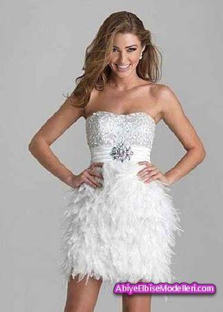 Mezuniyet balosunun çanları çalıyor ve ortada bir elbise yok mu ?  Duru , saf güzelliğinizi ön plana çıkarmak istiyor ,aynı zamanda modern mi görünmek istiyorsunuz.  İşte muhteşem bir tasarımla karşımıza çıkan beyaz tüylü kısa  abiye, hayranlık uyandıracak , aynı zamanda genç kız ruhuna hitap eden abiye olma özelliğini taşıyor. Dudak yaka staplez göğüs kesiminden oluşan üst kısmı,parıltılarla bezenmiştir  . Göğüs kısmının hemen altından başlayarak saten bir kumaşla oluşturulan kalın kuşak…