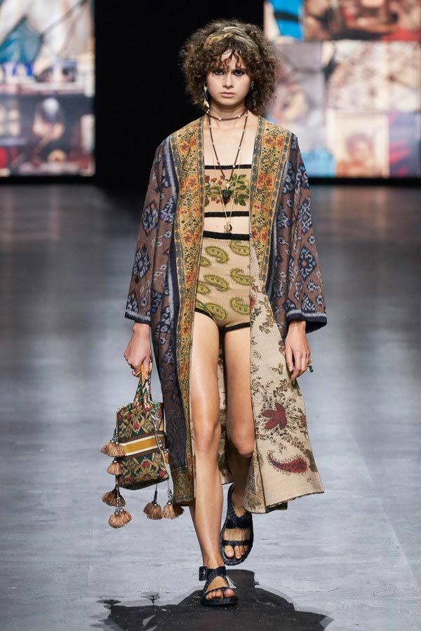 La pasarela hippie de Christian Dior, ¡te va a encantar! Christian Dior Paris, Christian Dior Designer, Couture Fashion, Runway Fashion, Fashion News, Fashion Week Paris, Fashion Show Collection, Couture Collection, Estilo Hippy