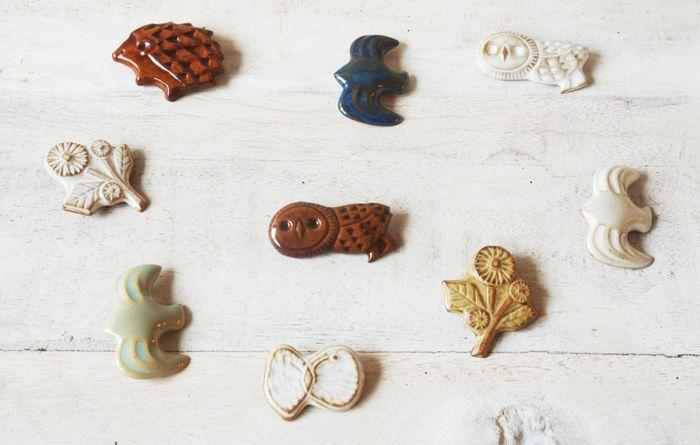 キエリ舎の陶器のブローチは、陶器ならではのツヤっとした質感とコロンとした感じが、とっても可愛いですね。