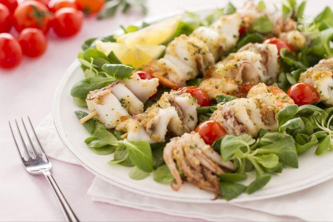 Gli spiedini di mare sono una ricetta facile da preparare: calamari, totani e gamberi ricoperti da una deliziosa panatura e cotti in padella.