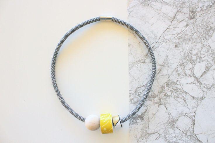 Girocollo con cavo a zig zag grigio e dettagli in legno decorati con carta da parati gialla e oro. di IlluminoHomeIdeas su Etsy