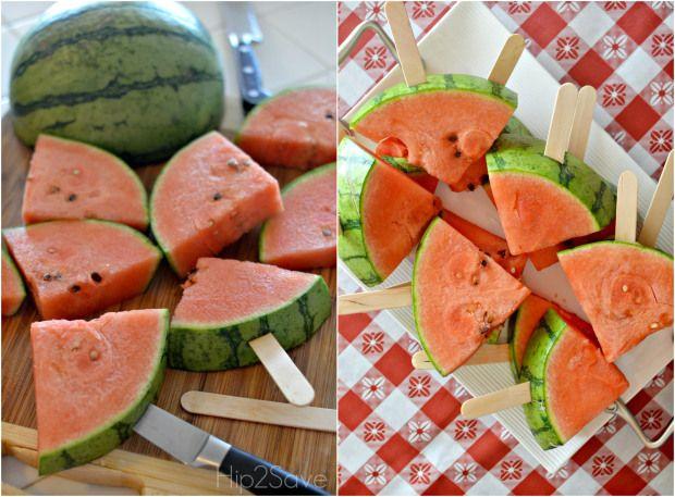 Het wordt vandaag weer warm weer. Dus haal snel een watermeloen in huis en maak binnen een mum van tijd watermeloen ijsjes! Errrrg lekker, verkoelend en super simpel te bereiden. Benodigdheden: een watermeloen ijsstokjes Hoe ga je te werk? Snijd een watermeloen in driehoekjes. Snijd met een scherp mes een klein sneetje in de schil …