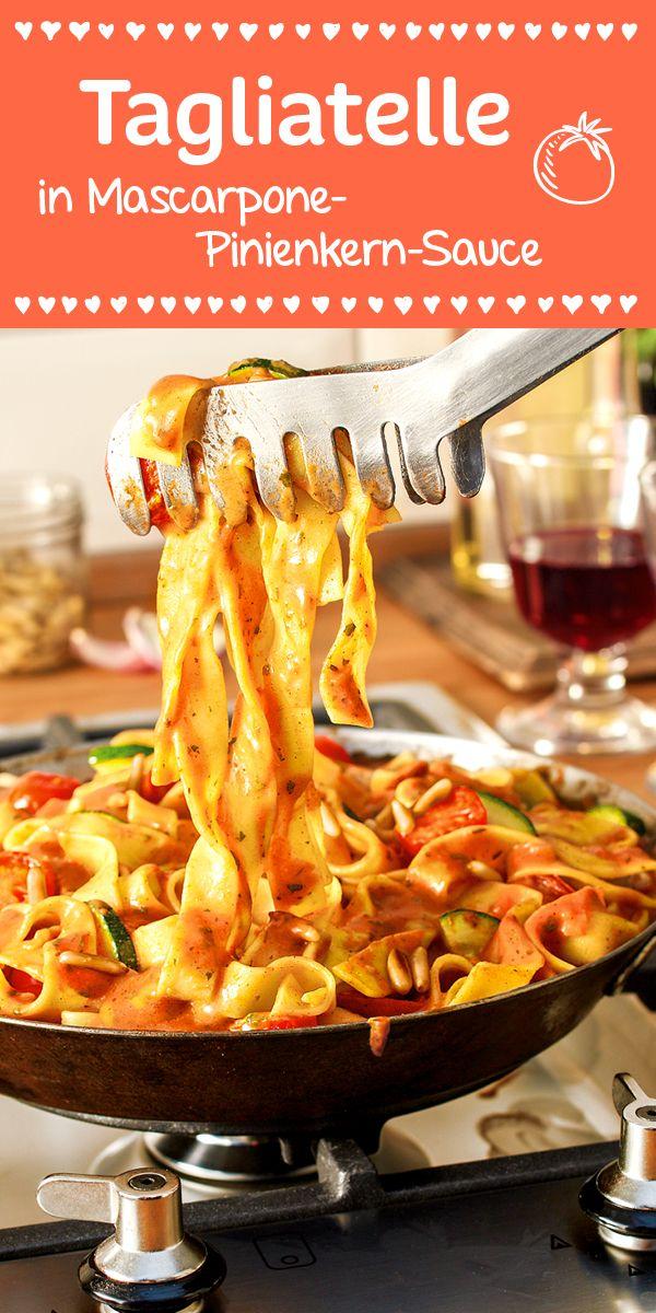 Tagliatelle, Zucchini und Tomaten in einer wunderbar cremigen   Mascarpone-Sauce. Getoppt wird das ganze durch die nussigen Pinienkerne. (Paleo Pasta)