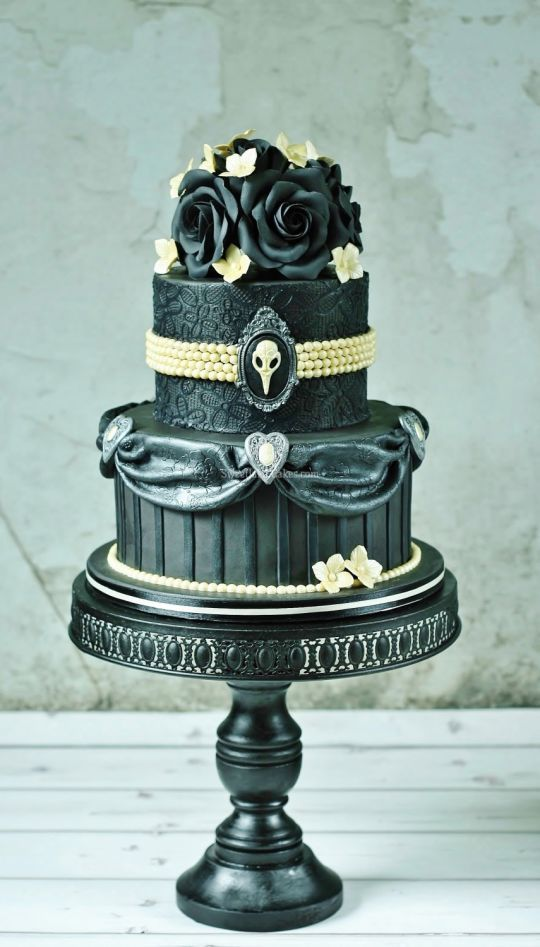 Beautiful Gothic Cake. If for a wedding ~ one could only imagine the costumes. Fun.
