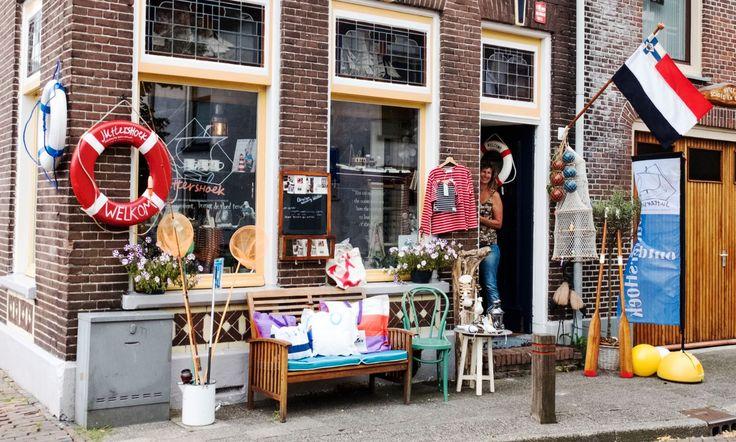 Een jaar geleden ging het roer om en stippelde Xandra Ockers een nieuwe koers voor zichzelf uit. Haar passie en liefde voor het water, het ontmoeten en verbinden van mensen en verhalen leidde tot een nieuwe winkel voor Kampen. Op 12 maart 2016 opende zij de deuren van de Juttershoek en zoals zij...
