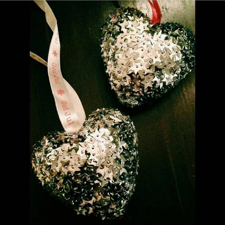 Julehjerter av isopor, nåler og paljetter ♡ \\ Christmas hearts ♡ ____________________________________ #Nattergalen #Nattergalen_diy #Diy #doityourself #gjørdetselv #Pinspiration #Inspiration #Krea #Pyssel #Hobby #PanduroHobby #panduronorge #Paliettes #Paljetter #Isopor #Christmas #Jul #Julepynt #ChristmasDecor #ChristmasDIY #JuleDIY #MiniPins #Xmas