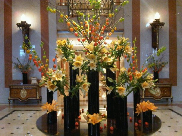 Clustered in dramatic tall black vases, Chinese Lantern Flowers and yellow Daylilies add sunny warmth to @Mandy Dewey Seasons Hotel Buenos Aires lobby.