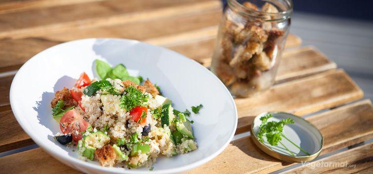 Frisk, deilig og mettende quinoa-salat stappfull av proteiner og mineraler. Kan serveres som en egen rett eller som tilbehør. Prøv denne smakfulle vegetarretten eller en av våre mange andre vegan- og vegetaroppskrifter.