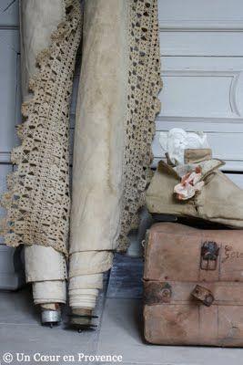 Anciens rouleaux de tissu et dentelles