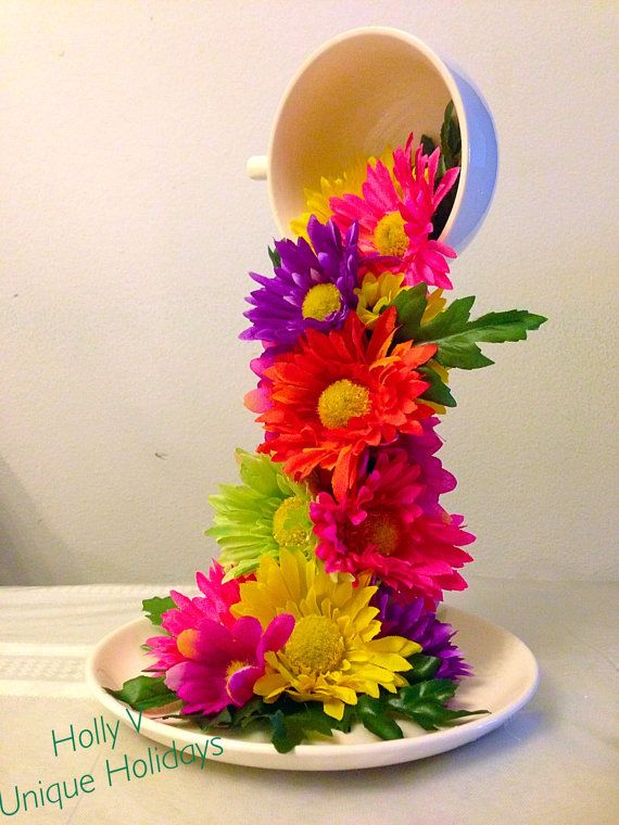 Adorno con taza y plato detalles de flores coloridas