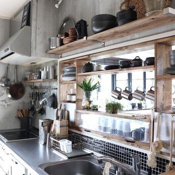 水回りに貼ったタイルシート。貼る場所が少ない場合はインパクト重視で。よくある台所の風景が、シャープな黒のタイルできりっと引き締まります。