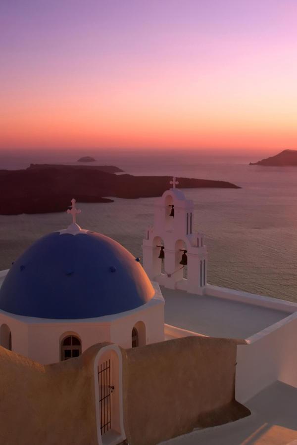 Santorini gehuld in een roze gloed.