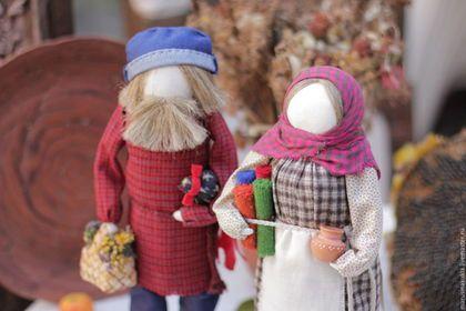 Купить или заказать 'Ярмарочный день' в интернет-магазине на Ярмарке Мастеров. 'Ярмарочный день' -образ хозяина с хозяйкой, идущих с ярмарки с покупками. В работе использованы: домоткань, лен, береста, шерсть,сухоцвет, керамика. Куклы самостоятельно не стоят, есть подставка.