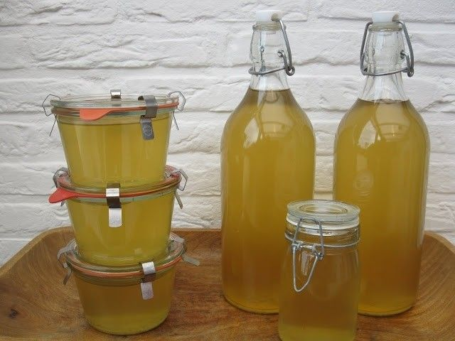 Benodigdheden : 2 bio citroenen.1 kg bio rietsuiker.40 gram citroenzuur. ( E 330 )2 liter water in een grote pan zie foto.Lege wijnflessen met draaidop of