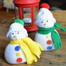 Un bonhomme de neige réalisé avec une chaussette orpheline, voilà une idée créative 100% Récup pour la déco de Noël qui plaira beaucoup aux enfants...