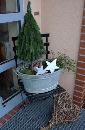 Ich bin in diesem Jahr ganz verliebt in kleine gebundene Minitannen. Aus einem 80 cm langen Haselnussstock und Tannenzweigabschnitten band ich mit Blumendraht solch einen kleinen Baum, den ich in einer meiner Zinkwannen fixierte. Aus Zweigen, Moos, Zapfen, einer Mühlenbeckiapflanze und zwei Sternen zauberte ich eine knuddelige kleine Landschaft in die Wanne. Die Inspiration für …