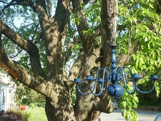 Love the chandelier in the garden.: Chandelier Upcycling, Upcycling Chandelier Jpg, Unused Chandelier, Beautiful Addittion, Outdoor Lighting, Chandeliers, Blue Chandelier