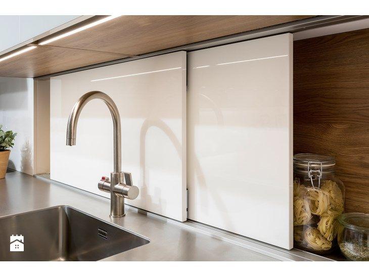 RAUVISIO crystal – sprytne szkło do kuchni  Szkło dodaje kuchni elegancji, a jednocześnie podnosi jej atrakcyjność i wprowadza zaskakujące akcenty. REHAU opracowało innowacyjny laminat szklany RAUVI ...