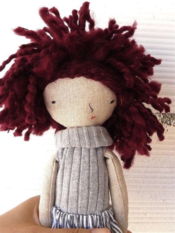 Piccola bambola fatta in lino e cotone con di AntonAntonThings