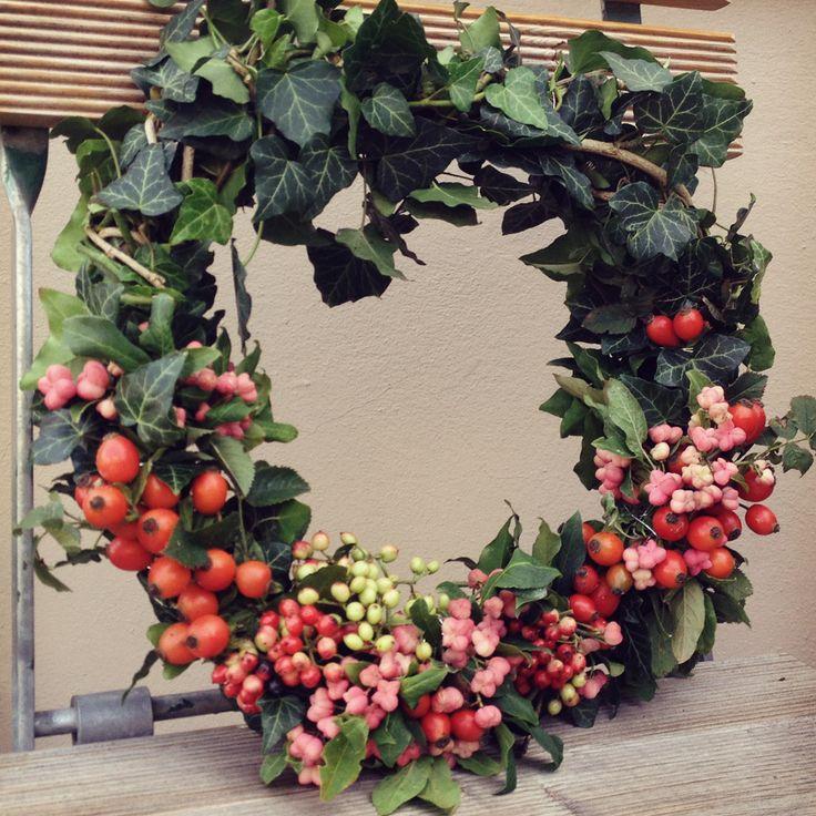 Holt euch mit gemütlicher Herbstdeko den Herbst nach Hause! Wie Ihr zum Beispiel einen Kranz mit momentan blühenden Beeren und Blätter macht? alleslieb.de