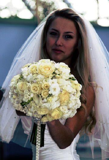 Bílo-žlutá svatební kytice kulatá...