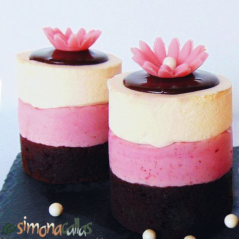 Mini Torturi Napolitane Prajitura Napoletana Straturi egale, în trei culori, cu aromă de ciocolată, căpşuni şi vanilie - definiţia generală a acestui desert