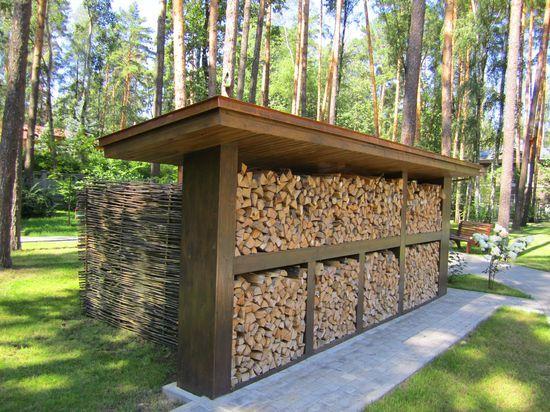 Металлическая конструкция под односкатной крышей навеса для дров
