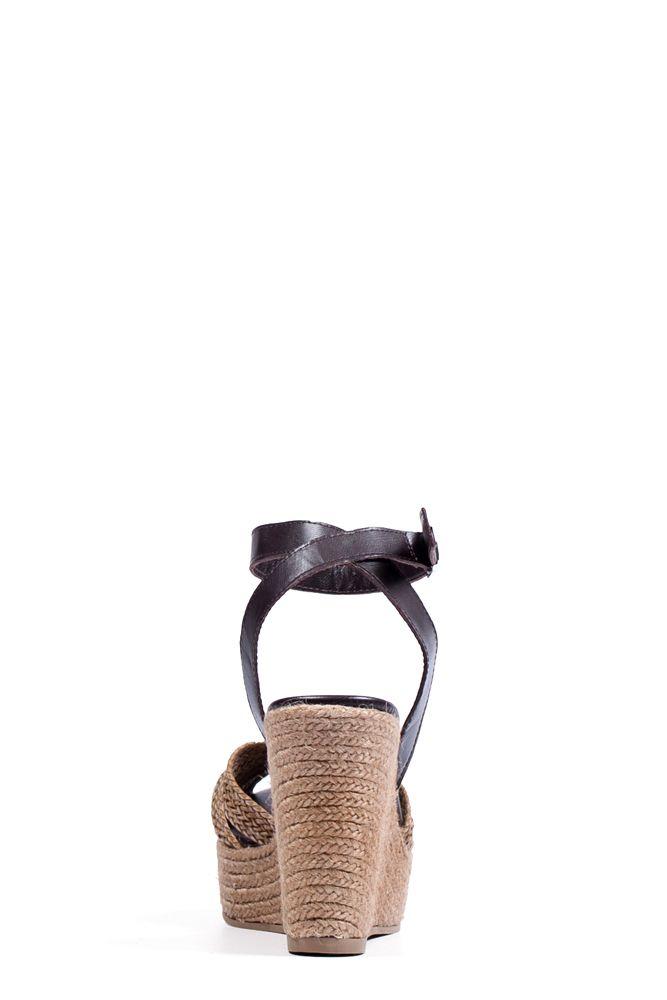 De achterkant van de Mita Beige is een prachtige sandaal met sleehak uitgevoerd in beige gevlochten leder. De sandaal wordt gesloten door middel van een donkerbruin bandje om de enkel en de sleehak is vervaardigd uit touw. De zool is gemaakt van een combinatie van touw en rubber. #Bootsandwoods