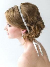 Нежная искрящаяся повязка для волос. Основа двусторонняя атласная лента, украшенная вышивкой из страз. Этот свадебный аксессуар станет отличным украшением свадебной прически.