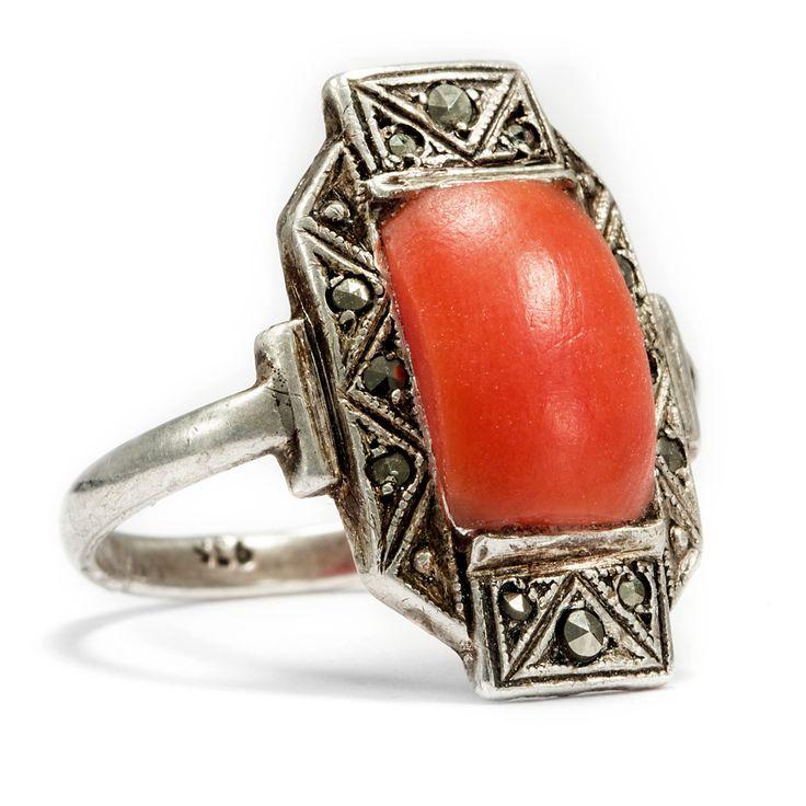 Am Puls der Zeit - Expressiver Silber-Ring mit Koralle & Markasit um 1928 von Hofer Antikschmuck aus Berlin // #hoferantikschmuck #antik #schmuck #antique #jewellery #jewelry