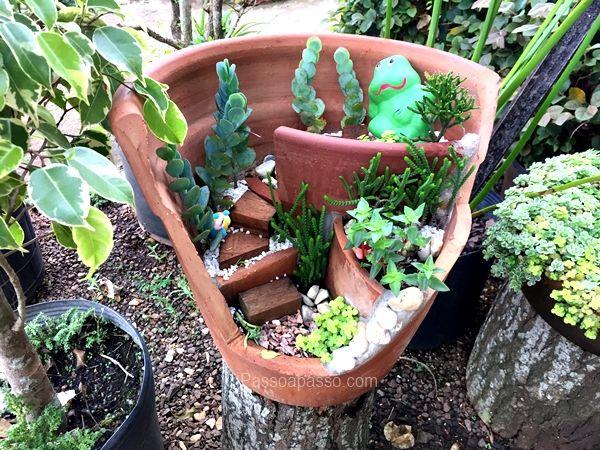 É possível criar belos minijardim com vaso quebrado, se você é adepta em reciclagem, então é aqui mesmo que você vai aprender passo a passo.