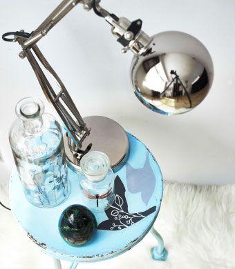 Customisez votre table de chevet avec les décorations adhésives SLÄTTHULT, pour créer un ensemble coordonné avec la tête de lit.