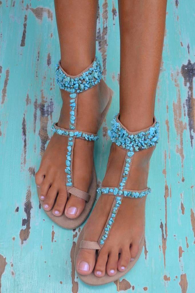 Sandalen van Hot Lava met bandjes over de voet bezet met turquoise steentjes.