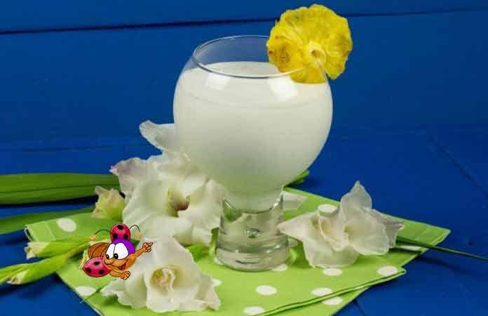 Пина Колада - очень классный коктейль, к тому же безалкогольный, попробуйте... ИНГРЕДИЕНТЫ  1/2 чашки ананасового сока; 2 ст. л. сахара; 1/2 чашки кокосовых сливок; 1/2 стручка ванили; 3 ст. л. взбитых сливок; 4 кубика льда.  ПРИГОТОВЛЕНИЕ  Все ингредиенты выкладываем в чашу блендера и взбиваем 3–5 минут. Подаем сразу же к столу, украсив кусочком ананаса. Это все...  Приятного аппетита! Предлагаю посмотреть еще одно видео - как приготовить очень вкусный молочный коктейль...   ...