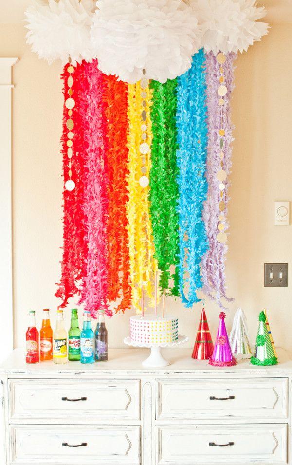 Crea una decoración arcoiris con guirnaldas y pompones de papel / Create a rainbow decoration with garlands and paper pompoms