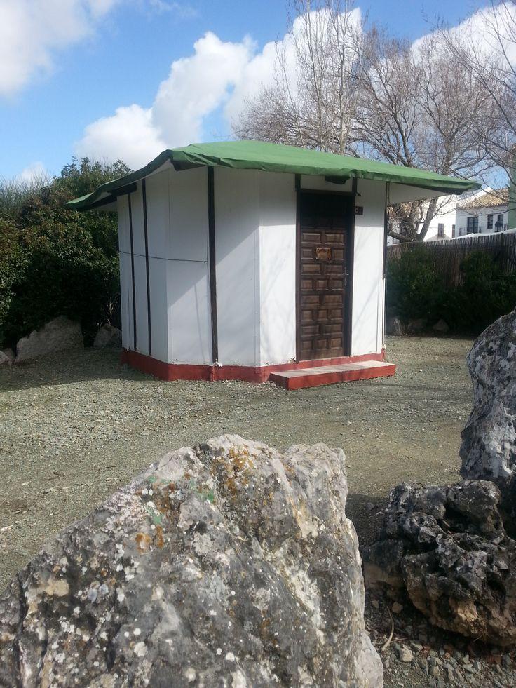 Imagen exterior cabaña. 30 euros por noche. Precio especial por larga temporada. calefacción.  Vistas al Torcal.