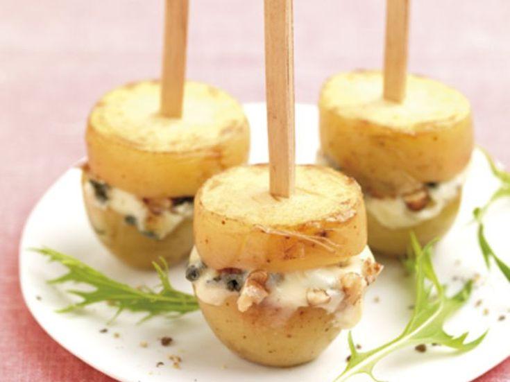 Avec les lectrices reporter de Femme Actuelle, découvrez les recettes de cuisine des internautes : Sucettes de pommes de terre aux noix et au roquefort