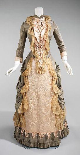 """Vestido de 1878 e um de 1880: mangas ajustadas, muitas rendas, babados e saia que """"se abre"""" revelando a saia de baixo."""