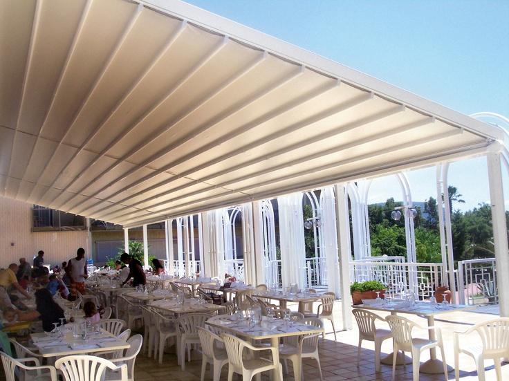 Pergole Unica 165 pentru terase restaurant, foto pergola Gibus deschisa, restaurant cu oameni la mese. Pergola din aluminiu, mentine racoare vara si poate fi folosita ca terasa inchisa iarna. O pergola deosebita Gibus la un pret foarte bun.